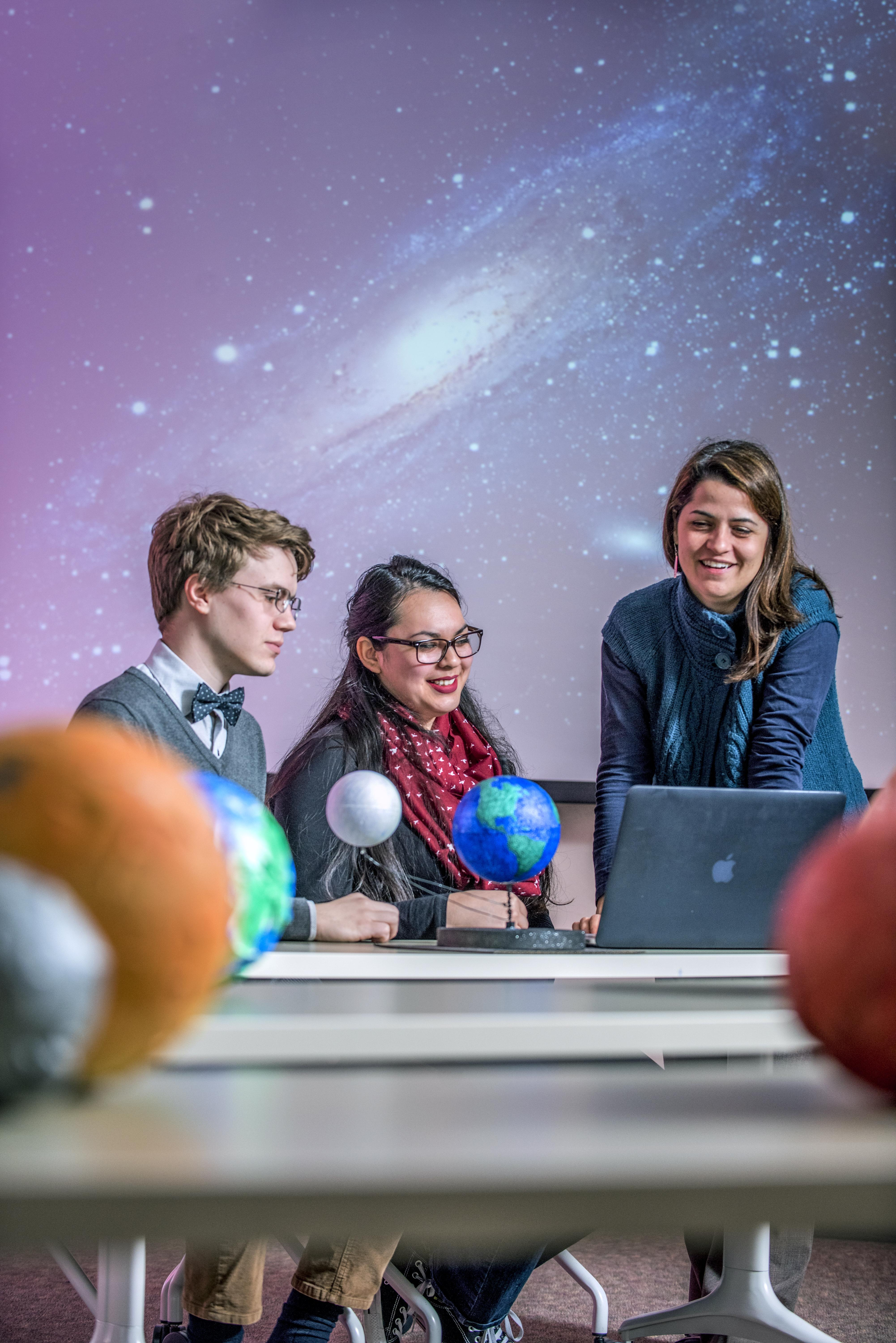 Paola Rodríguez Hidalgo working with physics and astronomy students